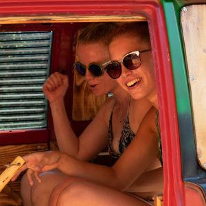 Kaksi naista saunoo autossa
