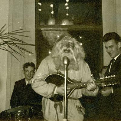 Joulupukki soittaa mandoliinia pikkujouluissa