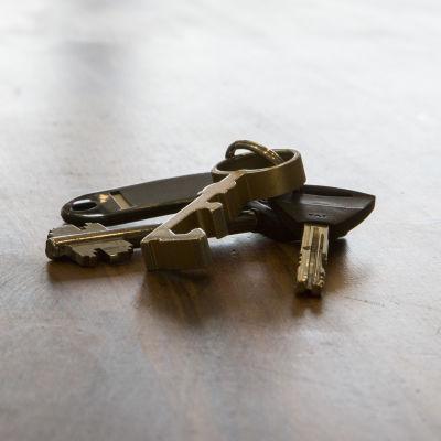 Nyckelknippe på ett bord i en lägenhet till salu.