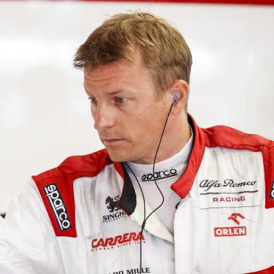 Kimi Räikkönen i Alfa Romeos depå.