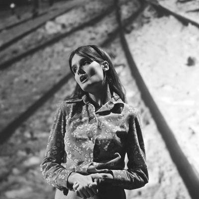 Näyttelijä Kristiina Halkola laulaa Luule kanssamme -kabareessa 1968.