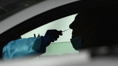 Autossa istuvalle henkilölle työnnetään testitikkua nenään