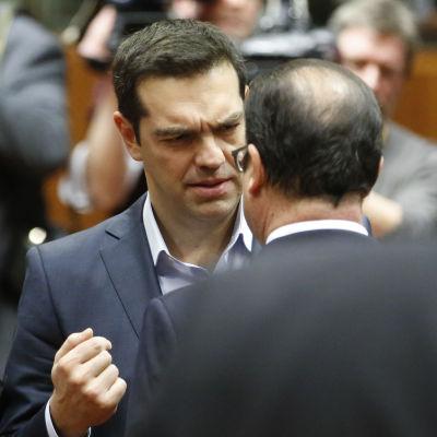 Greklands premiärminister Alexis Tsipras talar med Francois Hollande vid EU-toppmötet i Bryssel 12.2.2015