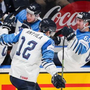 Marko Anttila gratuleras av sina lagkamrater.