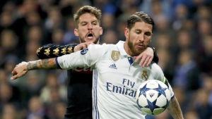 Napolis Dries Mertens och Real Madris Sergio Ramos i en duell.