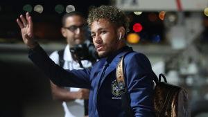 Neymar och det brasilianska landslaget landade på flygplatsen i Sotji.