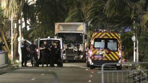 Polispatruller och ambulanser på strandpromenaden i Nice efter attacken mot nationaldagsfirandet 14.7.2016.
