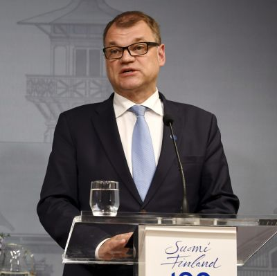 Petteri Orpo och Juha Sipilä står framför varsin talarstol på en presskonferens.