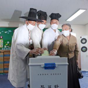 Läraren Yoo Bok-Yeop (andra från vänster) röstade tillsammans med äldre familjemedlemmar som var klädda i traditionella dräkter.