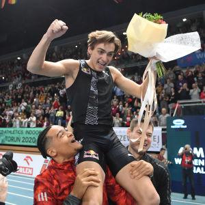 Armand Duplantis firas av sina konkurrenter efter världsrekordet