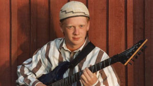 Lasse Melnberg spelar gitarr.