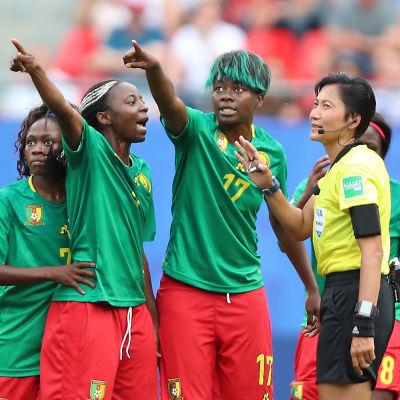 Kameruns spelare protesterar.