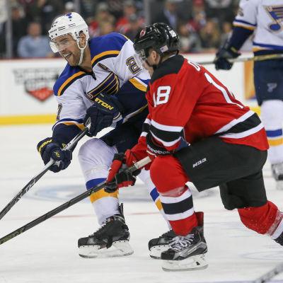 New Jerseys Brian O'Neill kämpar om pucken med St. Louis Alex Pietrangelo.