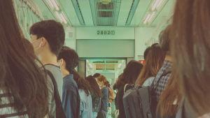 I Seoul med 10 miljoner invånare är det ofta trångt i tågvagnarna - därför bär alla munskydd för att minska på smittrisken.
