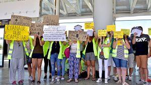 Anställda vid Ryanair demonstrerar på flygplatsen i Palma de Mallorca den 25 juli 2018.i