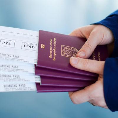 Bildcollage. Till vänster vy över gamla stan i Tallinn, till höger en person som håller i flygbiljetter och pass.