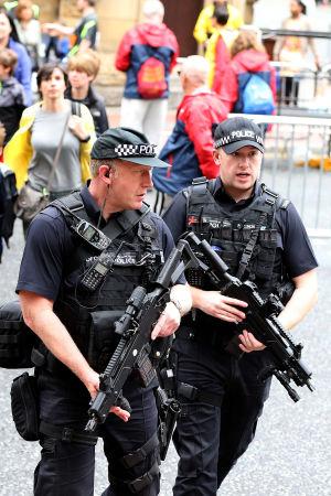 Tungt beväpnade polisers och soldaters synliga närvaro i Manchester trappas ner från och med måndag