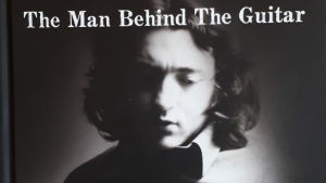 Rory Gallagher med sin gitarr, omslag till boken The man behind the guitar