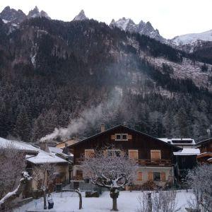 Vedeldning i turisternas hus bidrar till luftens förorening i Alperna.