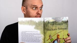 Lasse Grönroos läser boken Stackars Pettson