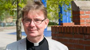 Kyrkoherde Stefan Forsén vid Matteus församling fotad utomhus 22.5.2017.