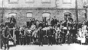 Amerikaemigranter utanför Emigranthotellet i Hangö