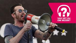 Scott Weiland live med megafon på Beale Street Music Festival, Memphis, Tennessee, maj 2015. Musiktestets logo på.
