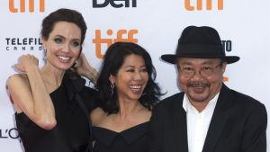 Angelina Jolie, Loung Ung samt manlig skådespelare på premiären för filmen First they killed my father