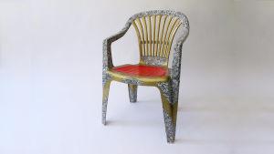 """Kasper Strömman: Golden chair, 2005. Dekorerad vit plaststol i """"nyrokoko"""". Blir en stol automatiskt äcklig bara för att den är tillverkad i ett visst material, eller inverkar också andra"""