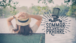 Kvinna som sitter i solen vid en sjö. Text: Vegas Sommarpratare.