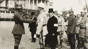 General Mannerheim välkomnar tyska officerare under Mannerheims segerparad i Helsingfors 1918.