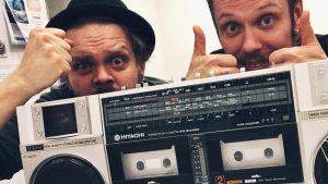 Tage Rönnqvist och Joakim Levälampi bakom bärbar kassettstereo
