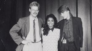 Måns Strömberg och skivbolagsrepresentant i mustasch med Janet Jackson i mitten.
