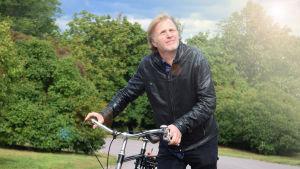 Måns Strömberg det vill säga El Bunu eller DJ Bunuel med cykel i Brunnsparken.