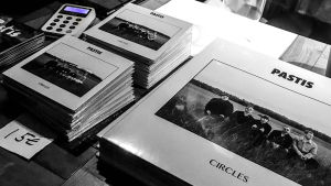 Bandet Pastis cd och vinyl på försäljningsbord.