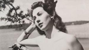 Svartvitt fotografi på skådespelaren Ulla- Britt Boström som ung.