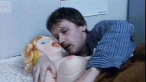 Antastaren i säng med sin uppblåsbara Barbara.