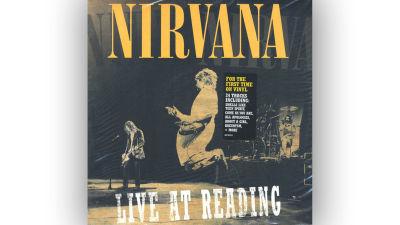 Nirvana Live at Reading konvolut, Cobain hoppar jämfota på scen.
