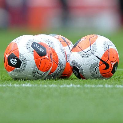 neljä jalkapalloa kentällä