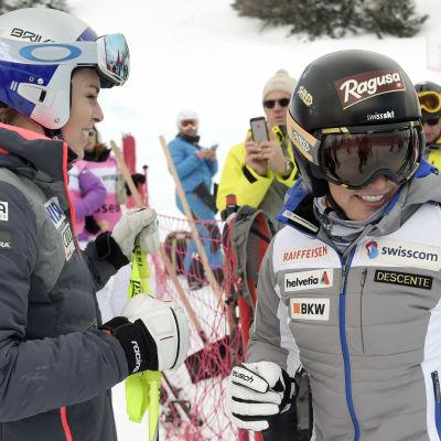 Favoriten Lindsey Vonn (till höger) körde ur. Kompisen Lara Gut tog vara på chansen och vann i stället.