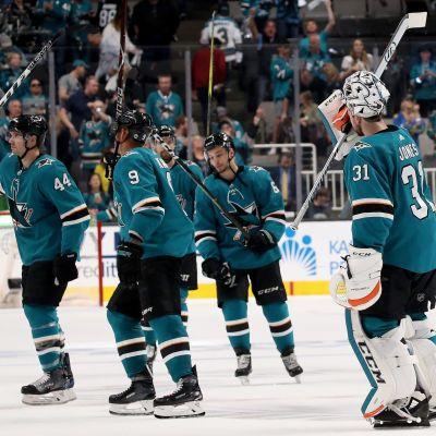 San Jose Sharks spelare firar efter slutsignalen.
