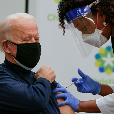 Joe Biden får Pfizer-Biontechs coronavaccin i n Newark, Delaware den 21 december 2020.