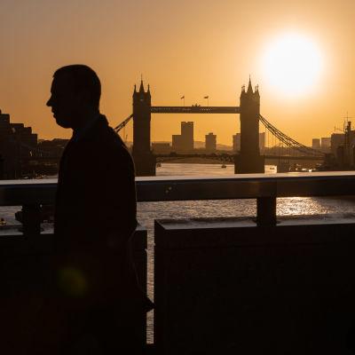 Ihmisiä kävelemässä Lontoon keskustassa aurinkoisessa säässä 11. helmikuuta 2020.