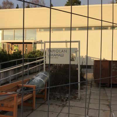 Skylt med texten Hagalunds simhall innanför stängsel vid ingången.