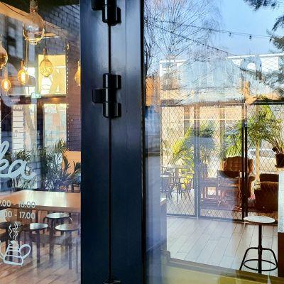 Stängd dörr till ett café i Tallinn som tvingas hålla stängt på grund av coronaläget.