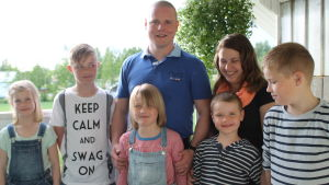 Krister Hjulfors står med hela familjen samlad