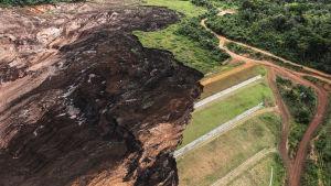Dammen som befaras brista ligger nära den damm som kollapsade i fredags