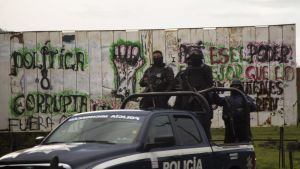 Poliser och polisbil i Meksiko
