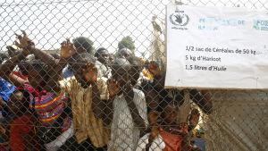 Flyktingar väntar på matutdelning vid ett flyktingläger i Bangui.