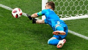 Blåklädde ryske målvakten Igor Akinfeev räddar straff i fotbolls-VM.